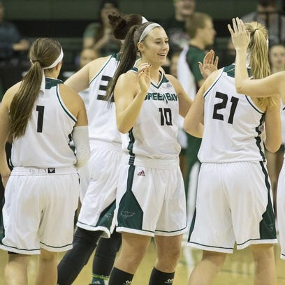 Lindstrom leads UWGB women to win over rival