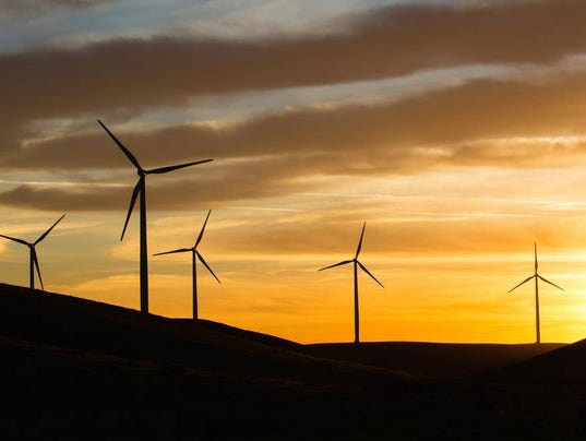 636423276292756315-Windmills.-Economists-expect-energy-costs-to-drop-as-California-uses-more-renewable-sources.-Photo-by-Carl-Costa-for-CALmatters..jpg