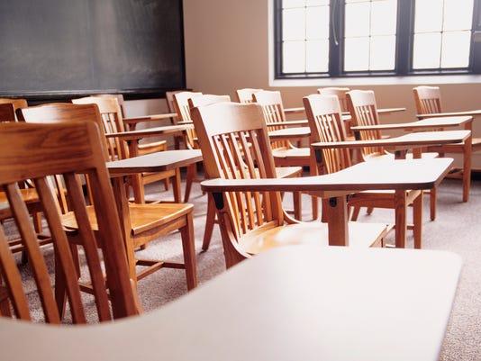 635488682621560975-SCHOOL--desks