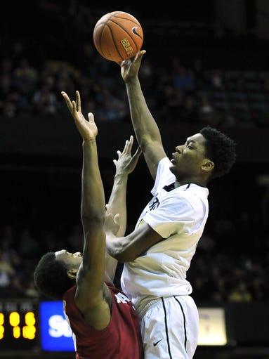 Vanderbilt Commodores center Damian Jones, right, shoots