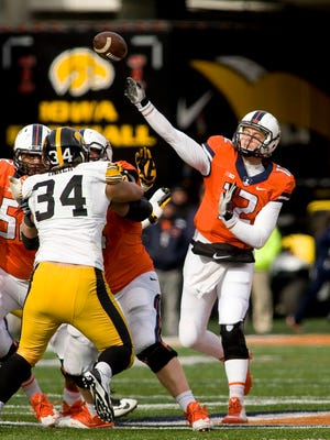 Illinois quarterback Wes Lunt (12) throws a pass in the second quarter of the game against the Iowa Hawkeyes in 2014.