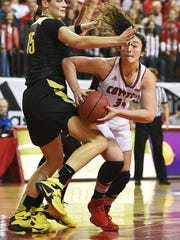 USD's Kate Liveringhouse (34) tries to get by Oregon's