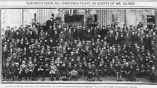 """300 """"newsies"""" wait their Christmas dinner in 1917."""