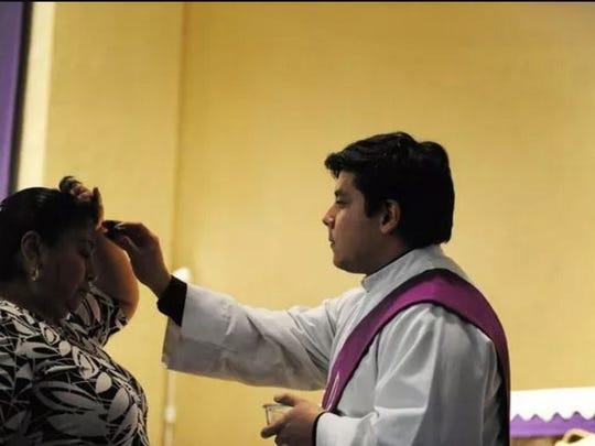 Una mujer recibe la bendición el Miércoles de Ceniza, en la iglesia Cristo Rey.