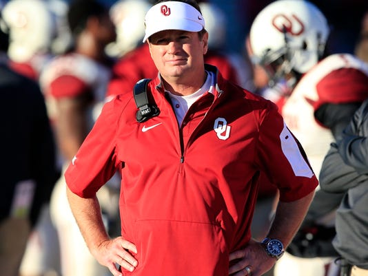 Oklahoma head coach Bob Stoops watches his team during the second half of an NCAA college football game against Kansas in Lawrence, Kan., Saturday, Oct. 31, 2015. (AP Photo/Orlin Wagner)