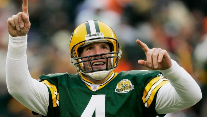 Former Green Bay Packers quarterback Brett Favre will be inducted into the team's Hall of Fame and have his jersey retired next year.