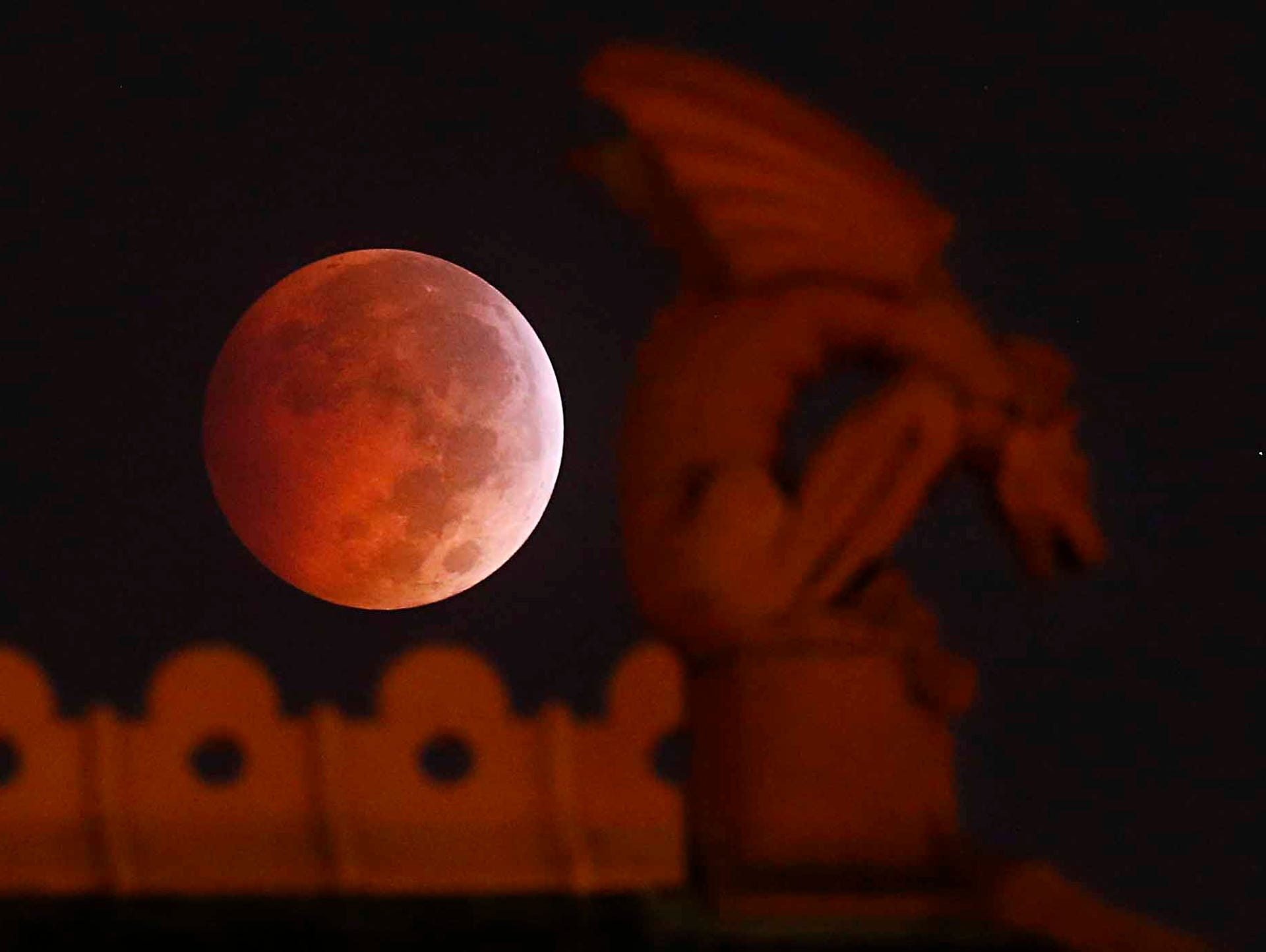 MOON NIGHT - Página 39 635483550895829041-AP-APTOPIX-Lunar-Eclipse