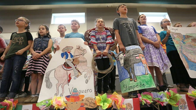 Third-grade students at Southeast Warren introduce some Spanish words.
