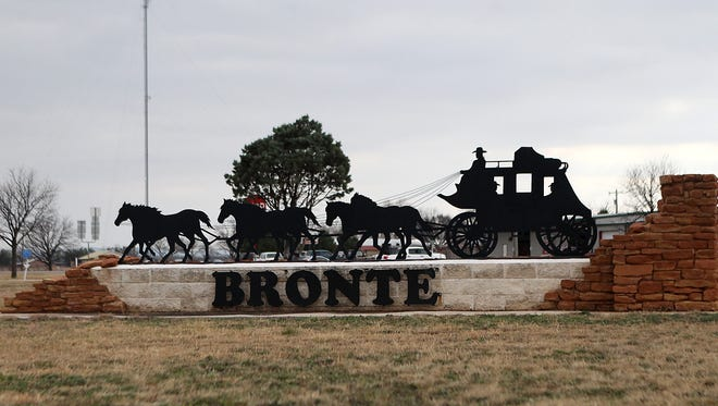 A controversial lease of public land is being withdrawn by Bronte City Council, but critics of the deal remain incensed by the move to give the lessee a $30,000 settlement.
