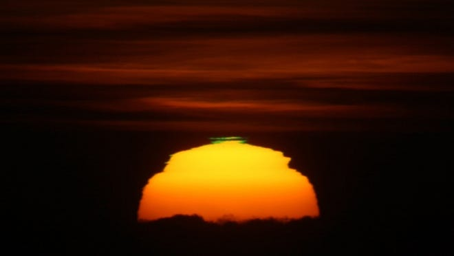 This is an unusual green flash as the sun was setting past the ocean horizon, as seen from San Francisco, Dec. 10, 2007. [Photo by Brocken Inaglory (Own work) [CC BY-SA 3.0 (https://creativecommons.org/licenses/by-sa/3.0)], via Wikimedia Commons]