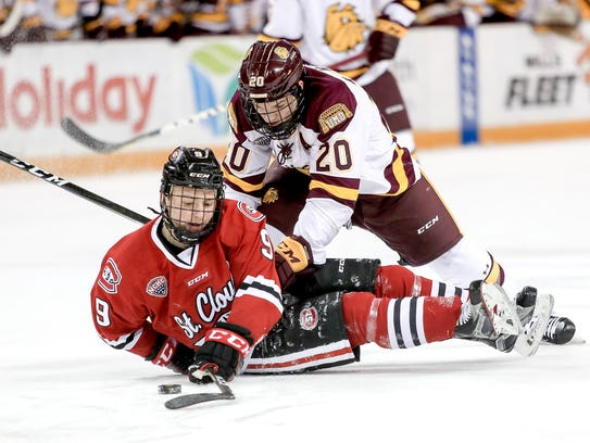 Minnesota Duluth right wing Karson Kuhlman (20) competes