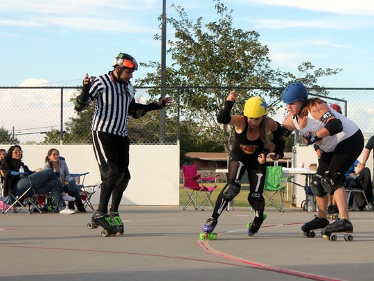 A blocker attempts to push a jammer out of bounds.
