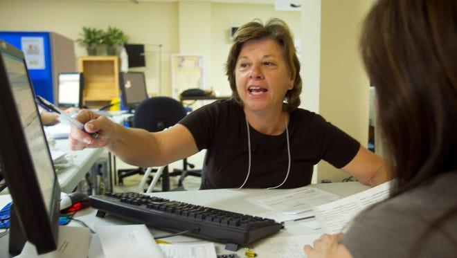 """Desconfíe de personas que aseguran tener contactos o influencias con el Servicio de Ciudadanía e Inmigración (USCIS), que """"garanticen"""" resultados positivos o en poco tiempo."""