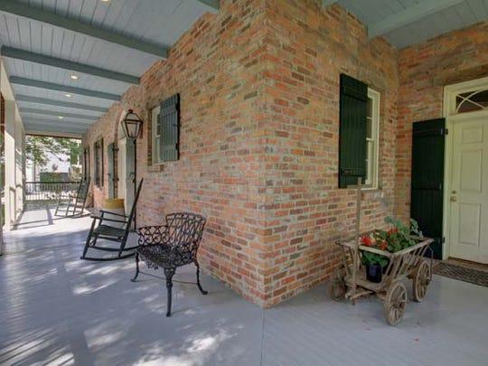 There are wraparound porches.