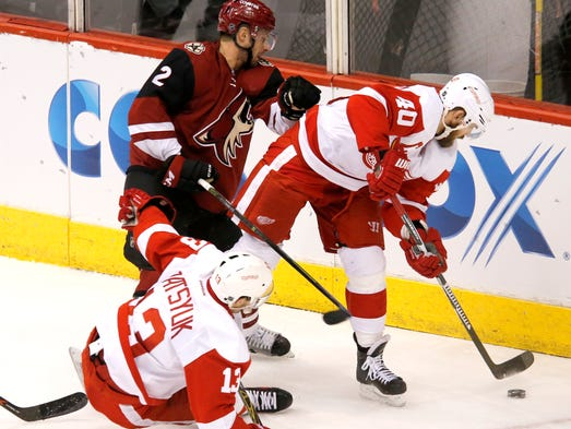 Brad Richardson (12) of the Coyotes battles with Pavel
