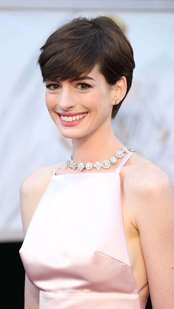 anne-hathaway-finally-explains-that-pink-oscar-dress