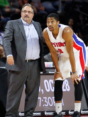 Pistons coach Stan Van Gundy talks to guard Spencer Dinwiddie during the second quarter of the Pistons' 93-83 exhibition loss to the Nets Thursday at the Palace.