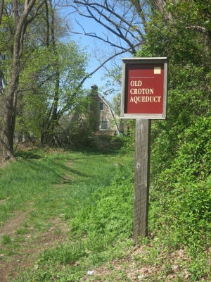 The sign that marks a turn into the Aqueduct route after crossing North Highland Avenue north of Ossining.