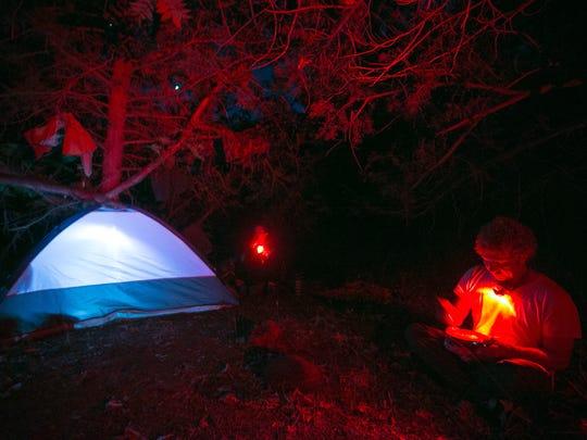 Muchos amantes de la naturaleza se quedan a acampar por la noche en Fossil Creek.