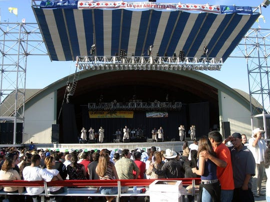 The 9,000-seat L.B. Day Amphitheater opens on the Oregon State Fairgrounds in 1987.