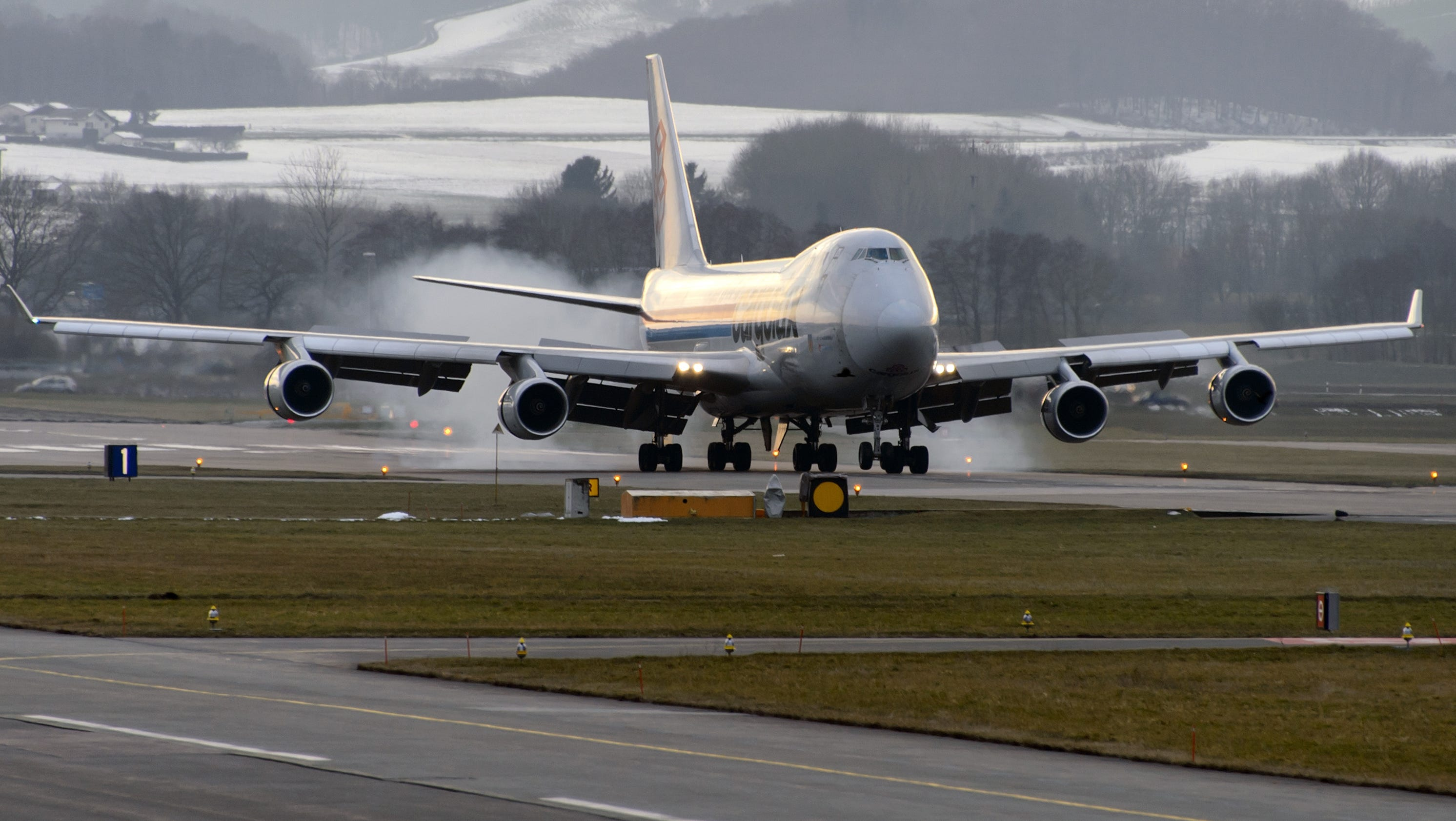 what is the weight of a 747 airplane