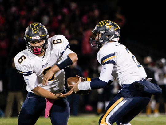 Haslett QB Jake Tahaney hands of to RB Mykal Stinson October 16, 2015.  Haslett won 28-7 at Williamston.  [MATTHEW DAE SMITH | for the Lansing State Journal]