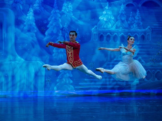 9.-Moscow-Ballet-Masha-E-Leava-and-Nutcracker-Prince-K-Vinovoy-in-Grand-Jete-440