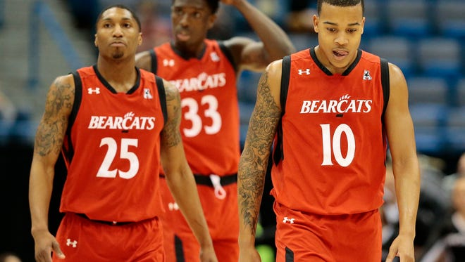 The Bearcats return to the flood after a time out in the first half of the American Athletic Conference Tournament Championship game between the Southern Methodist Mustangs (1) and the Cincinnati Bearcats (2) at the XL Center in Hartford, Conn., on Sunday, March 12, 2017. At halftime the Mustangs led UC 32-23.
