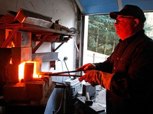 SAL0209-Spotlight knifemaker lede