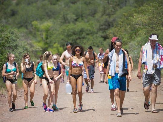 Los visitantes de Fossil Creek que desean llegar a la cascada, deben de ir preparados para caminar hasta 5 millas, con agua, comida y calzado adecuado.
