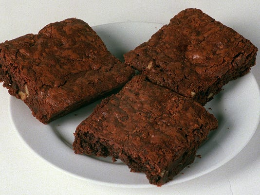 Text: 1999.0824.15.2 Foodstuff24 Tempo 8/24/99 Shot of three Brownie for a Tempo Food story. Cincinnati Enquirer/photo by Joseph Fuqua II. JF