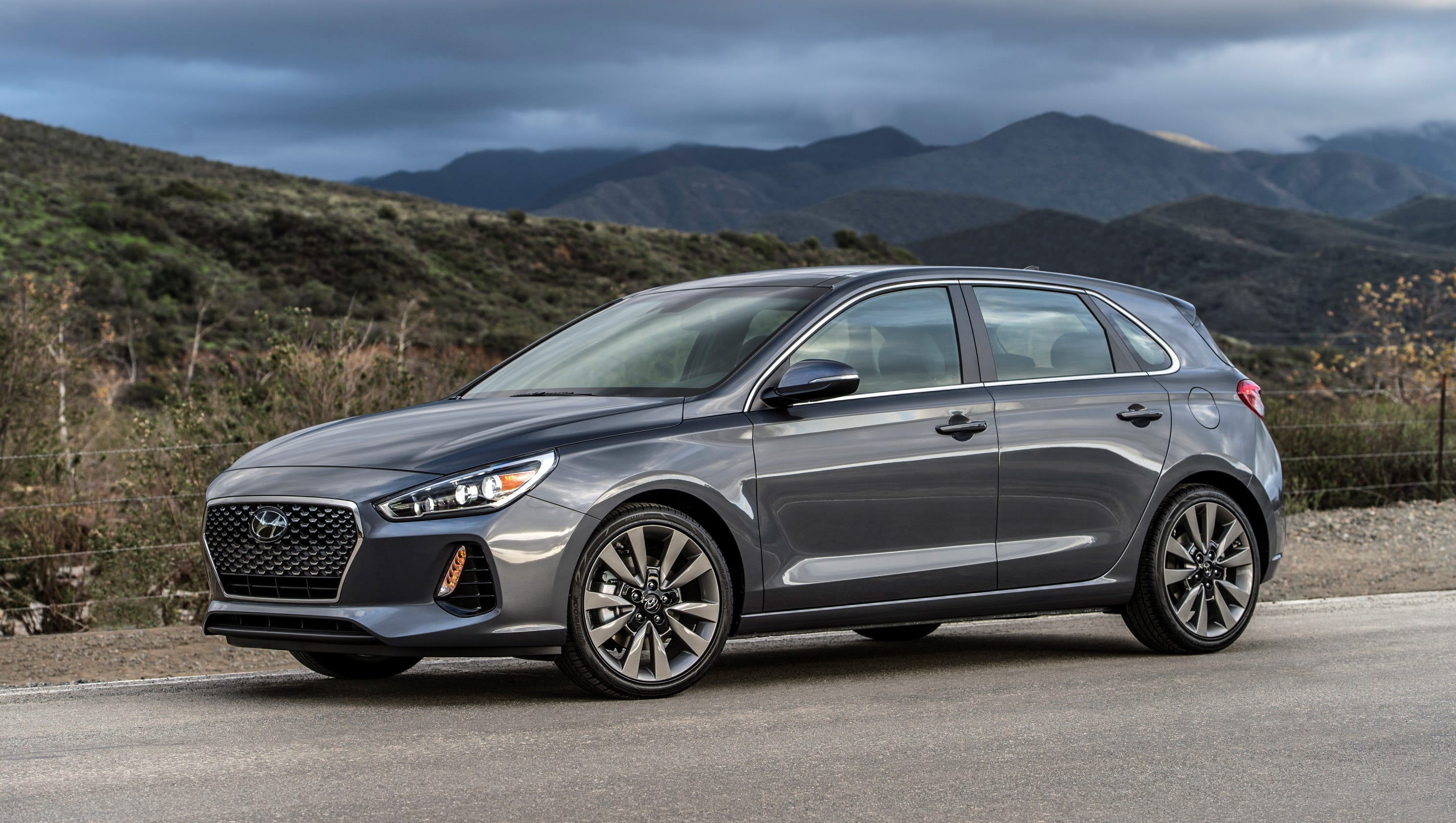 chicago auto show hyundai reveals elantra gt hatchback. Black Bedroom Furniture Sets. Home Design Ideas