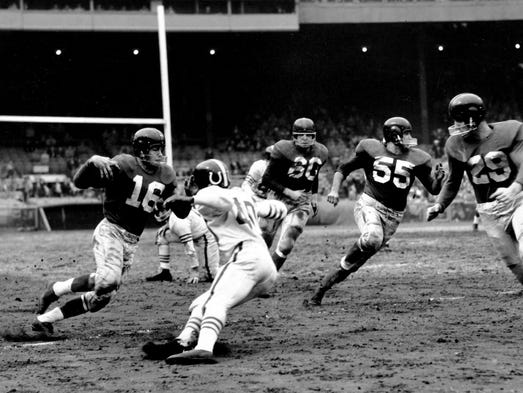 New York Giants halfback Frank Gifford (16) cuts past