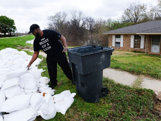 635934143051902395-Brent-Wilson-loads-sandbags-on-Oregon-Avenue-in-Allendale.jpg