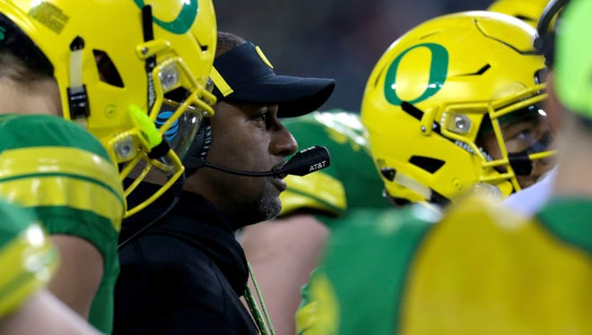 Nov 18, 2017; Eugene, OR, USA; Oregon Ducks head coach Willie Taggart talks with players in the third quarter against the Arizona Wildcats at Autzen Stadium. Mandatory Credit: Scott Olmos-USA TODAY Sports
