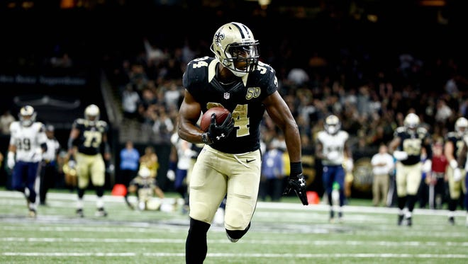 Nov 27, 2016: New Orleans Saints running back Tim Hightower (34) catches a flea flicker pass from wide receiver Willie Snead (not pictured) against the Los Angeles Rams during the fourth quarter of a game at the Mercedes-Benz Superdome. The Saints defeated the Rams 49-21.