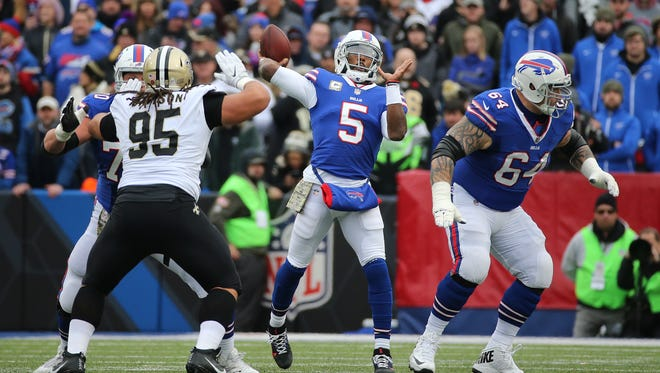Bills quarterback Tyrod Taylor looks to throw over the middle against theSaints.