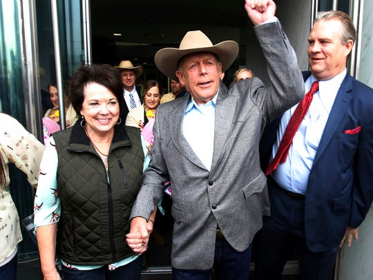 Cliven Bundy walks out of federal court with his wife