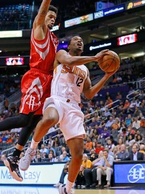 T.J. Warren drives to the basket against Houston Rockets guard K.J. McDaniels.