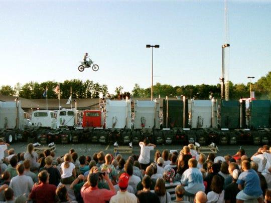Kaptain Robbie Knievel soars across 17 semitrailer