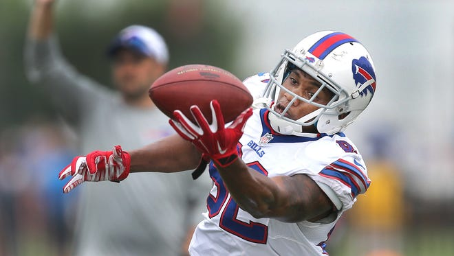 Bills WR Andre Davis makes a one handed catch on a deep pass.