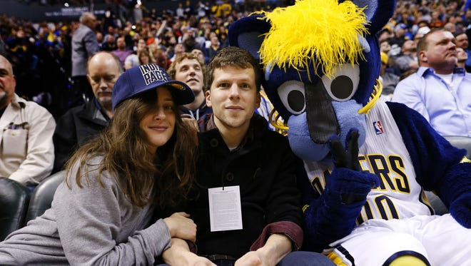 Anna Strout, actor Jesse Eisenberg and Indiana Pacers' mascot, Boomer the Panther, smile for a photo during a game against the Detroit Pistons at Bankers Life Fieldhouse on Jan. 2, 2016.