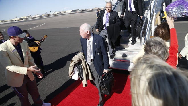 Kansas State's head coach Bill Snyder arrives before the Fiesta Bowl on Dec. 26th, at Phoenix Sky Harbor International Airport on December 21, 2017 in Phoenix, Ariz.