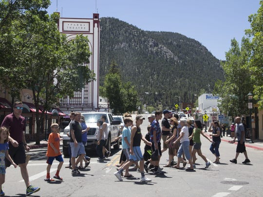 A large crowd of tourists cross Moraine and Elkhorn