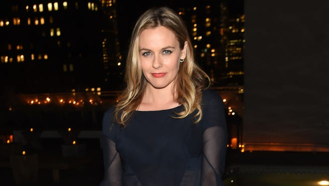 Actress Alicia Silverstone will wave the green flag to start the 2017 IndyCar Grand Prix at Indianapolis Motor Speedway.