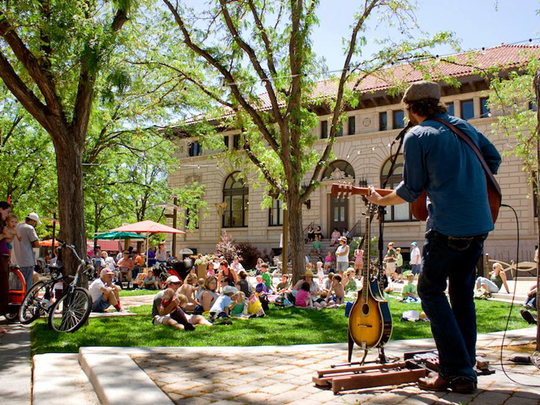 Noontime Notes takes over Oak Street Plaza for Tuesday afternoon lunchtime concert sessions.