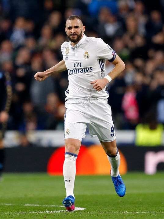 Real Madrid's Karim Benzema celebrates after scoring his side's first goal during the Champions League round of 16, first leg, soccer match between Real Madrid and Napoli at the Santiago Bernabeu stadium in Madrid, Wednesday Feb. 15, 2017. (AP Photo/Francisco Seco)