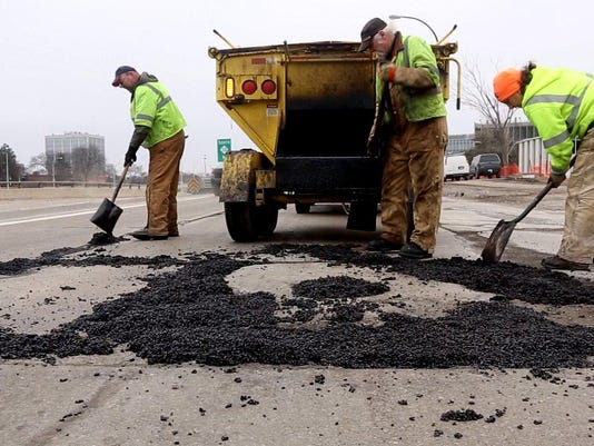 635755063844127104-pothole-032614-ES17