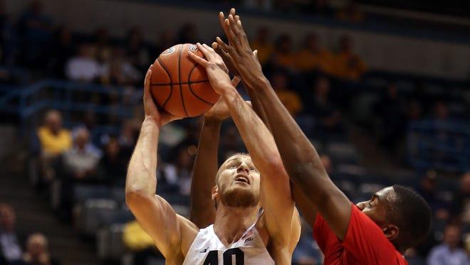 Marquette Golden Eagles center Luke Fischer attempts a basket as Fresno State Bulldogs center Terrell Carter II defends.