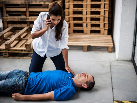 Calling for help to be instructed in CPR situation